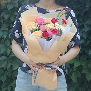 鲜花/笑颜如花:苏醒玫瑰5枝,香槟玫瑰5枝,白玫瑰2枝,2枝红色多头