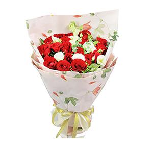 鲜花/不散:19枝红玫瑰,8只桔梗,黄莺和尤加利点缀。 包 装