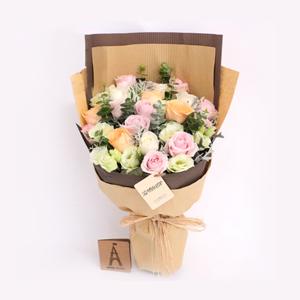 鲜花/浪漫时刻:11枝精品粉玫瑰,4枝香槟玫瑰,4枝白玫瑰  配材: