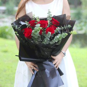 鲜花/爱着你:11枝精品红玫瑰搭配时尚简约包装 花 语:给我一个