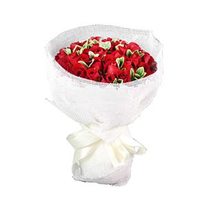 鲜花/温暖相伴:33枝红玫瑰 配材:黄杨叶间插 花 语:温暖相伴,
