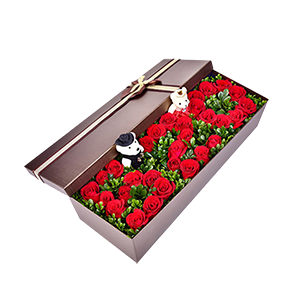 鲜花/520浪漫礼盒:33朵玫瑰加礼盒+绿叶+两个小熊 花 语:深深爱着