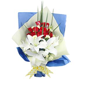 鲜花/相知相守:11枝红玫瑰,4枝白色百合 包 装:蓝色淡黄色包装