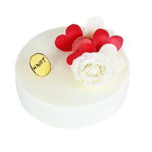 蛋糕/天生丽质: 圆形鲜奶蛋糕,巧克力,玫瑰花,马卡龙装饰图片