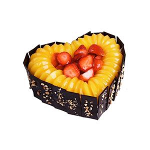蛋糕/金色的梦幻: 心形水果蛋糕,黑色巧克力围边,时令水果装饰