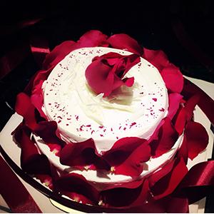 蛋糕/满满的爱: 优质奶油、鸡蛋牛奶蛋糕胚、玫瑰花瓣装饰  [
