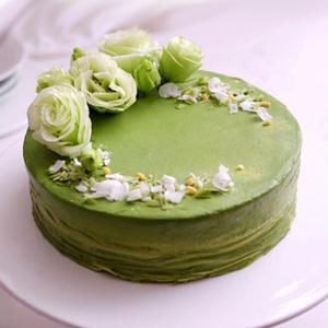 蛋糕/女神小七: 新鲜玫瑰花,抹茶粉铺面搭配细腻丝滑的新鲜奶油