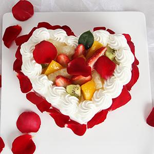 蛋糕/明明白白我的心:时令水果,新鲜奶油,外围玫瑰花瓣 配材:鸡蛋牛奶胚