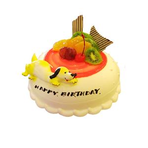 蛋糕/可爱皮皮: 圆形鲜奶水果蛋糕,红色果酱衬托,一只黄色小狗。