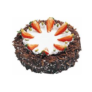 蛋糕/暖阳: 圆形黑森林蛋糕,白色奶油铺面,草莓切片点缀(季