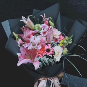 鲜花/温暖纯良:9枝粉百合 其他配材 花 语:愿您一生温暖纯良,不