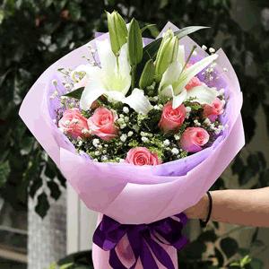 鲜花/平安喜乐:11朵粉玫瑰两支百合 满天星配材 花 语:花朵,承