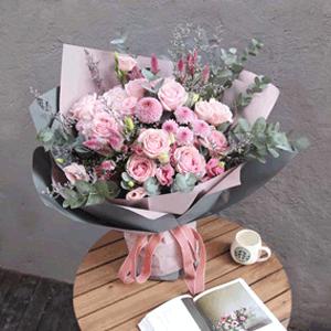 鲜花/久伴:11朵粉玫瑰 配材:雏菊 乒乓菊 洋桔梗 情人草 尤