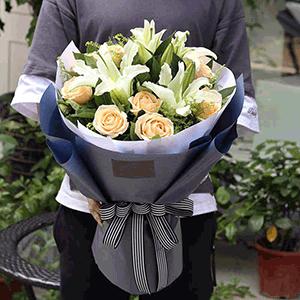 鲜花/心动:11枝香槟玫瑰,两支百合 花 语:乍见之欢,不如久