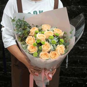 鲜花/灿烂的笑容:11朵香槟玫瑰 配花:绿色雏菊,叶上白,进口尤加利