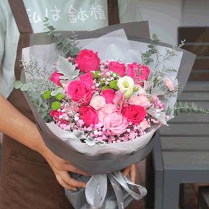 鲜花/妈妈的爱:11朵桃红玫瑰,多头康乃馨 花 语:我爱您,亲爱的
