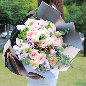 鲜花/深情似海:21枝荔枝玫瑰 配材:海洋之歌 小绿菊 白棉花 尤加