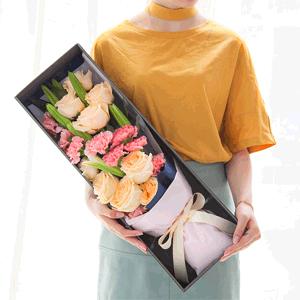 鲜花/知足常乐:21枝香槟玫瑰+康乃馨+百合 花 语:春风如梦,风
