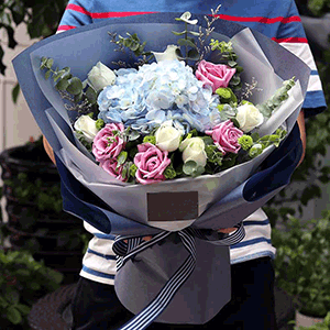 鲜花/流年花开:29枝白玫瑰+粉玫瑰+绣球+尤加利叶+小雏菊+情人草
