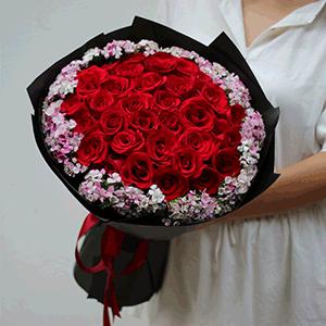 鲜花/晴朗花开:29枝红玫瑰+高级配花 花 语:我不在意任何世俗的