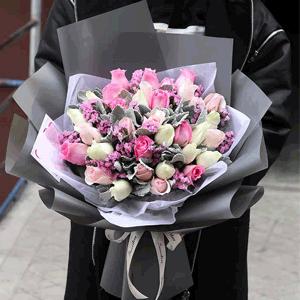 鲜花/期待:33朵混搭玫瑰+银叶菊+勿忘我 花 语:愿你往后无