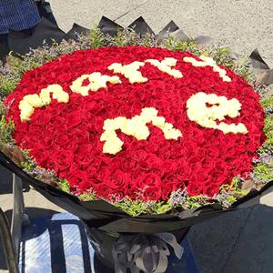 鲜花/我想娶你:999枝红玫瑰+白玫瑰+高级配草 花 语:你笑的时